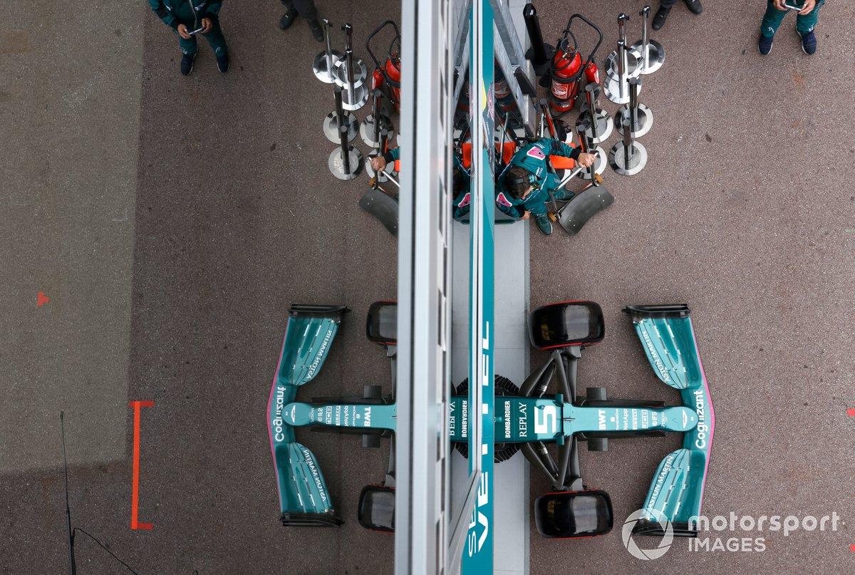 Sebastian Vettel, Aston Martin AMR21, lascia il garage