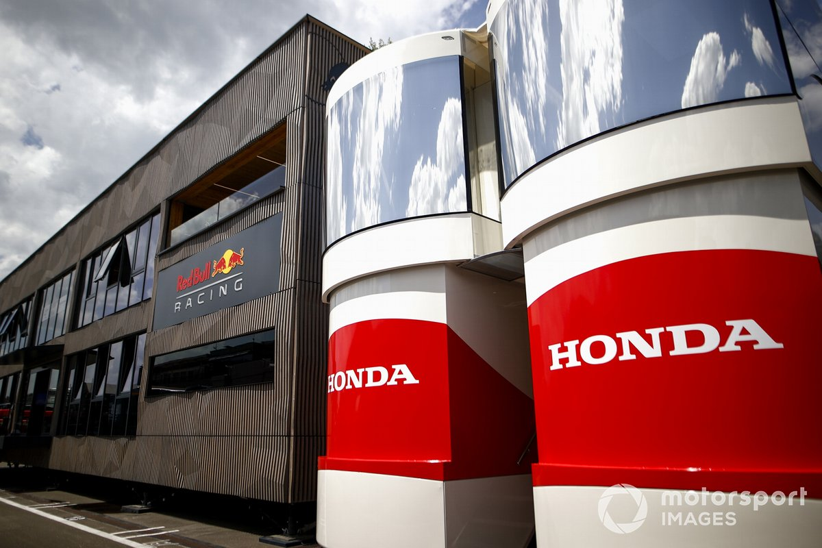 Honda y Red Bull Motorhomes en el paddock