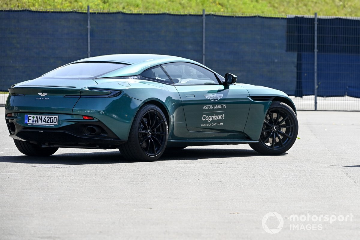 Sebastian Vettel, Aston Martin llega al circuito en un Aston Martin Vantage