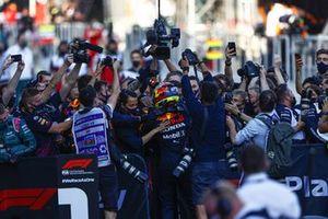 Sergio Perez, Red Bull Racing, 1° classificato, festeggia con la sua squadra nel Parc Ferme
