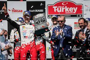 Yarış galibi Ott Tänak, Toyota Gazoo Racing, Recep Tayyip Erdoğan, Türkiye Cumhuriyeti Cumhurbaşkanı