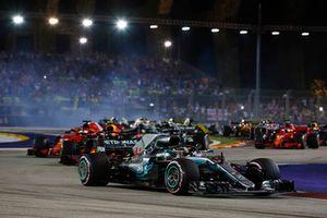 Lewis Hamilton, Mercedes AMG F1 W09 EQ Power+, devant Sebastian Vettel, Ferrari SF71H, Max Verstappen, Red Bull Racing RB14, Valtteri Bottas, Mercedes AMG F1 W09 EQ Power+, et le reste du peloton au départ
