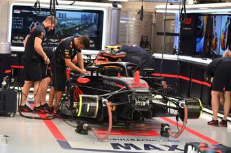 De wagen van Max Verstappen, Red Bull Racing RB14 in de garage