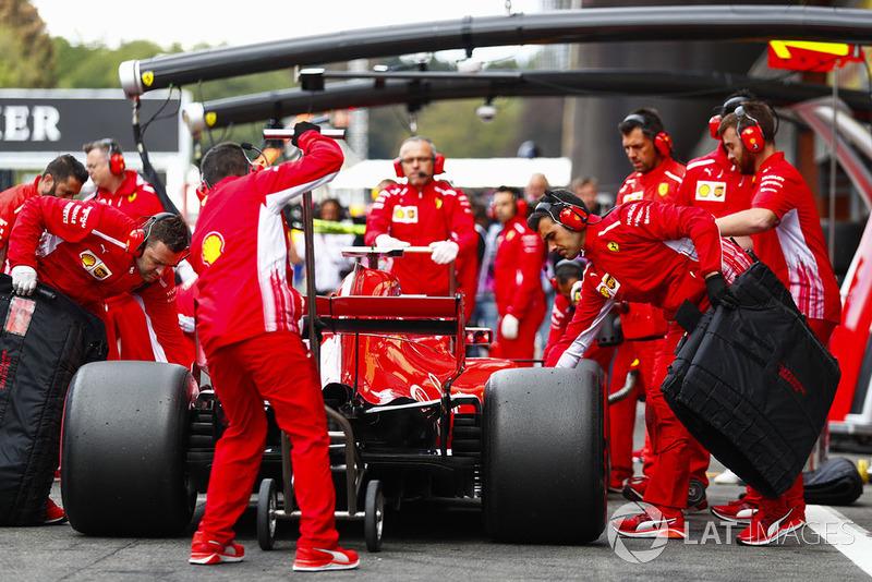 Kimi Raikkonen, Ferrari SF71H, aux stands