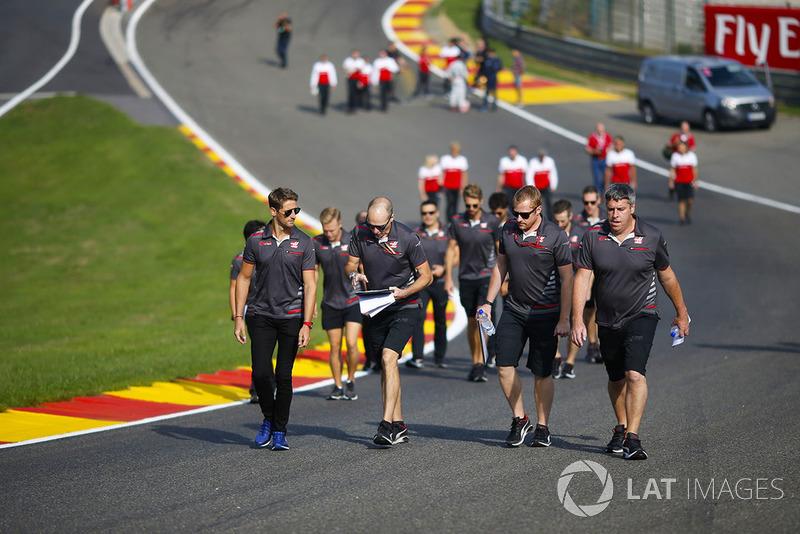 Romain Grosjean, Haas F1 Team, cammina lungo Raidillon ed Eau Rouge con i colleghi