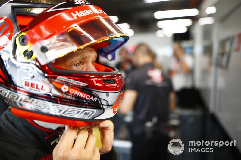 Kevin Magnussen, Haas F1 Team, adjusts his helmet