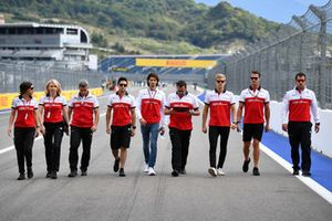Antonio Giovinazzi, Sauber y Marcus Ericsson, Sauber caminan por la pista