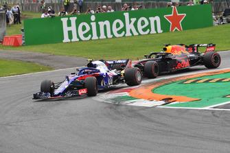 Pierre Gasly, Scuderia Toro Rosso STR13 and Daniel Ricciardo, Red Bull Racing RB14 battle