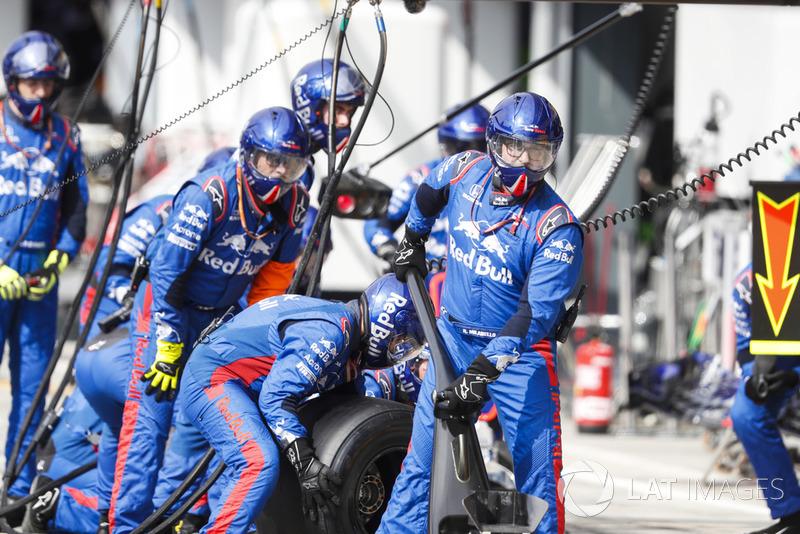 Pierre Gasly, Toro Rosso STR13 Honda, pits