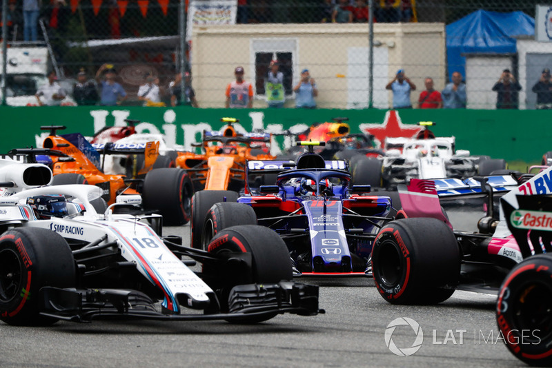 Lance Stroll, Williams FW41, leads Pierre Gasly, Toro Rosso STR13, Fernando Alonso, McLaren MCL33, and Stoffel Vandoorne, McLaren MCL33