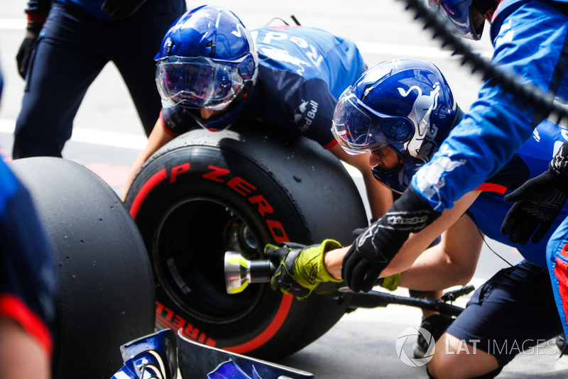 Toro Rosso engineers conduct a pit stop