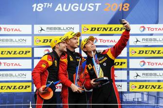 I vincitori GTE, #66 JMW Motorsport Ferrari F488 GTE: Liam Griffin, Alex MacDowall, Miguel Molina