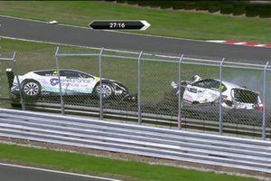 Carl Swift, Cupra TCR, Maximum Motorsport, e Robert Gilmour, Alfa Romeo Giulietta TCR, DPE Motorsport, dopo l'incidente di Gara 1