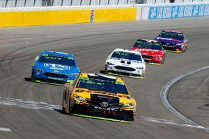 Erik Jones, Joe Gibbs Racing, Toyota Camry DeWalt e Ryan Blaney, Team Penske, Ford Fusion PPG