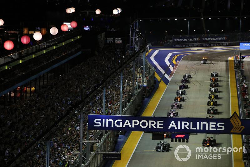 Lewis Hamilton, Mercedes AMG F1 W09 EQ Power+, za nim Max Verstappen, Red Bull Racing RB14, i reszta stawki na starcie