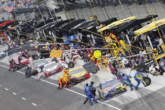 Kyle Busch, Joe Gibbs Racing, Toyota Camry M&M's Caramel Joey Logano, Team Penske, Ford Fusion Shell Pennzoil
