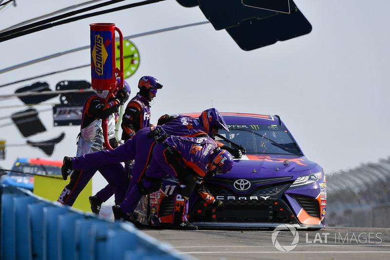 Denny Hamlin, Joe Gibbs Racing, Toyota Camry FedEx Ground makes a pit stop, Sunoco