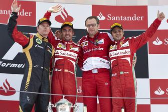 Podium : le deuxième Kimi Raikkonen, Lotus F1, le vainqueur Fernando Alonso, Ferrari, Stefano Domenicali, directeur d'équipe Ferrari, le troisième Felipe Massa, Ferrari