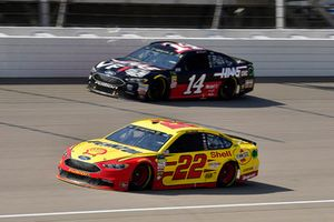 Joey Logano, Team Penske, Ford Fusion Shell Pennzoil e Clint Bowyer, Stewart-Haas Racing, Ford Fusion Haas 30 Years of the VF1