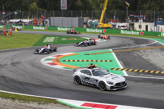 El Safety Car lidera el campo.