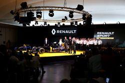 Carlos Ghosn, voorzitter Renault met Jolyon Palmer, Renault F1 Team; Esteban Ocon, Renault F1 Team t