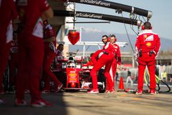 Sebastian Vettel, Ferrari SF16-H nel box