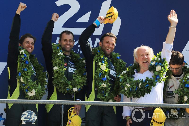 Mas o Brasil venceu na GTE Pro. Junto com Darren Turner e Jonathan Adam, Daniel Serra, venceu a prova a bordo do Aston Martin #97.