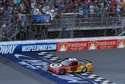 Kyle Larson, Chip Ganassi Racing Chevrolet takes the checkered flag, win
