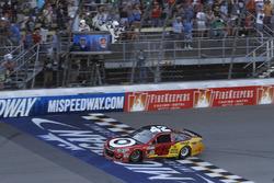 Kyle Larson, Chip Ganassi Racing Chevrolet se lleva la bandera a cuadros