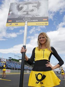 La grid girl de Mick Schumacher, Prema Powerteam, Dallara F317 - Mercedes-Benz
