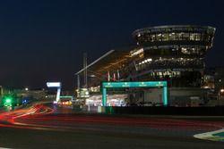 Renn-Action in Le Mans bei Nacht