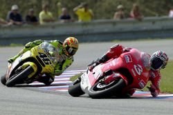 Max Biaggi, Yamaha, crashes in front of Valentino Rossi, Honda