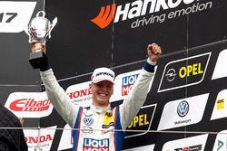 Podium: Bester Junior Luca Engstler, Liqui Moly Team Engstler, VW Golf GTI TCR