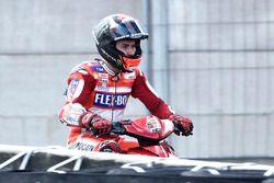 Jorge Lorenzo, Ducati Team torna ai box su uno scooter dopo l'incidente