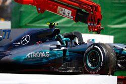 Mercedes AMG F1 W08 Валттери Боттаса на эвакуаторе