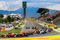 Kimi Raikkonen, Ferrari SF70H, Max Verstappen, Red Bull Racing RB13, collide at the start