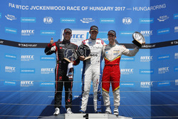 Trophy Podium: winnaar Tom Chilton, Sébastien Loeb Racing, Citroën C-Elysée WTCC, tweede Rob Huff, A