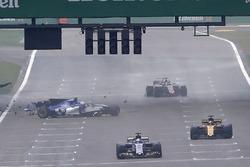 Temporada 2017 F1-chinese-gp-2017-antonio-giovinazzi-sauber-c36-crashes-out