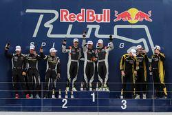 Podio assoluto, i vincitori della gara #911 Herberth Motorsport Porsche 991 GT3 R: Daniel Allemann,