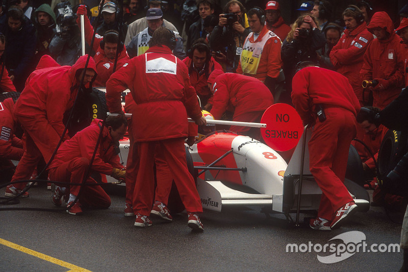 Bei wechselnden Bedingungen legt Senna 4 Boxenstopps ein und ...