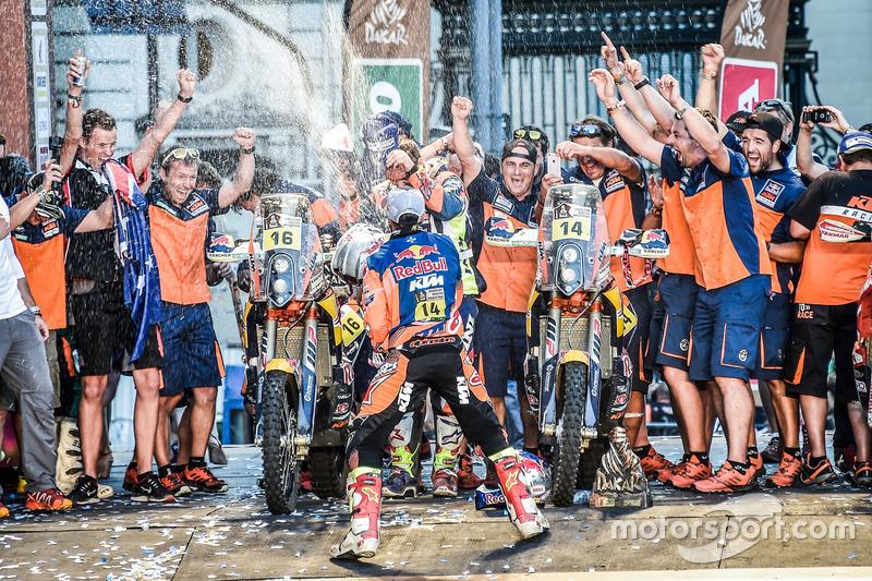 Ganadores #14 Red Bull KTM Factory Racing: Sam Sunderland y #16 Red Bull KTM Factory Racing: Matthias Walkner con el equipo