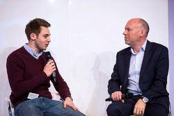 Jake Hill praat met Toby Moody