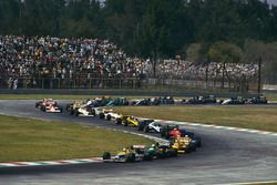 Nigel Mansell, Williams FW11B Honda, devant Teo Fabi, Benetton B187 Ford, Ayrton Senna, Lotus 99T Honda, et le reste du peloton dans le premier tour