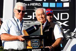 Roger Penske, Team Penske eigenaar krijgt de trofee voor het winnende team