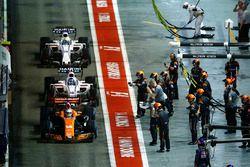 Fernando Alonso, McLaren MCL32, Lance Stroll, Williams FW40, Romain Grosjean, Haas F1 Team VF-17, th