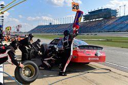 Erik Jones, Joe Gibbs Racing Toyota makes a pit stop