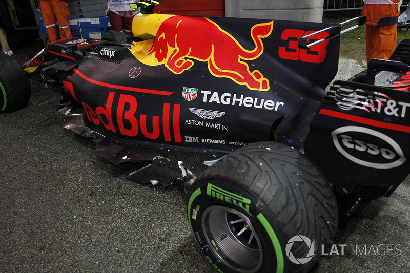 La monoposto incidentata di Max Verstappen, Red Bull Racing RB13 dopo l'incidente alla partenza
