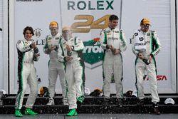 Podium GTD : les vainqueurs Daniel Morad, Jesse Lazare, Carlos de Quesada, Michael de Quesada, Michael Christensen, Alegra Motorsports