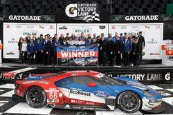 Podium GTLM : les vainqueurs Joey Hand, Dirk Müller, Sébastien Bourdais, Ford Performance Chip Ganassi Racing