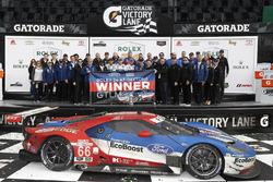 Podium GTLM: primeros, Joey Hand, Dirk Müller, Sébastien Bourdais, Ford Performance Chip Ganassi Rac